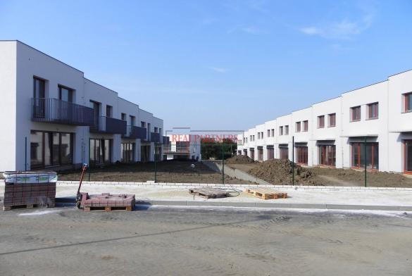 Řadový cihlový rodinný dům 4+kk s garáží, o ploše 138 m², na pozemku 185,8 m².