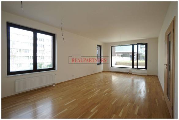 Čerstvě zkolaudován 3+kk o ploše 92 m² + terasa 21 m² + zahrádka 35 m².