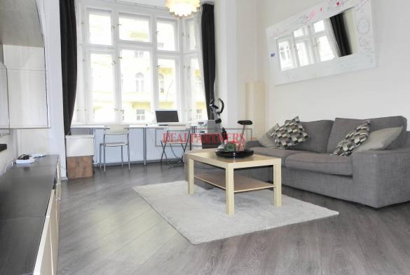 Zrekonstruovaný, kompletně zařízený byt 2+kk o ploše 52  m² na rozhraní Vinohrad a Vršovic.