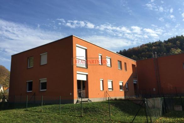 Prodej bytu 2+kk o ploše 48 m² + lodžie 2 m² + oplocená zahrádka 90 m².