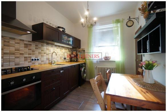 Praktický byt 2+1 o ploše 60 m² vzdálený 1 min od stanice metra C Pražského Povstání.